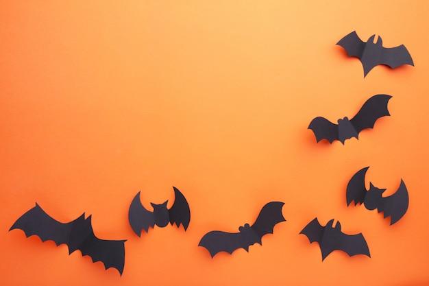 Chauves-souris de papier d'halloween sur fond orange. halloween