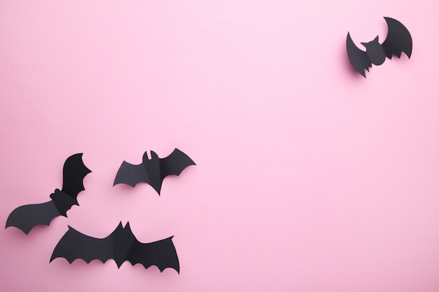 Chauves-souris de papier halloween sur fond rose pastel. halloween