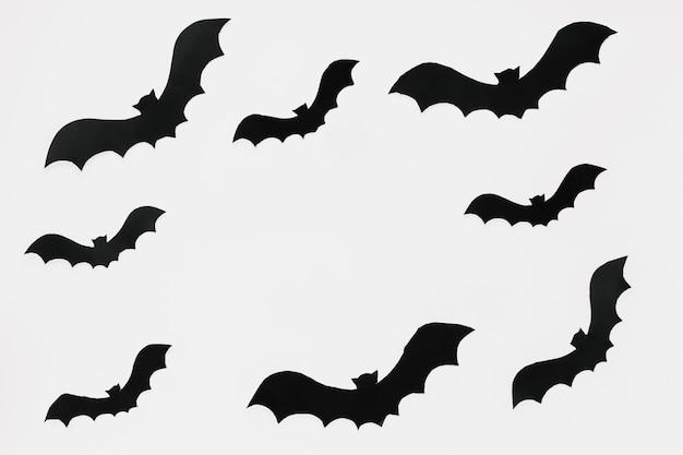 Chauves-souris sombres découpées dans du papier
