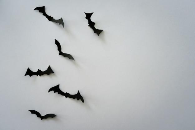 Chauves-souris volantes sur gris clair