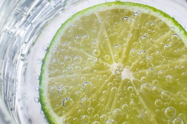 Chaux dans l'eau minérale