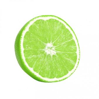 Chaux isolée. un demi-citron vert mûr isolé sur un blanc.