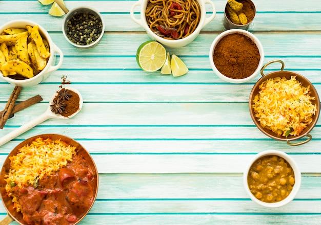 Chaux près des plats et des épices