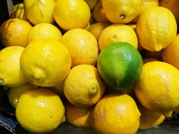 Chaux vert exceptionnel sur le fond de citrons jaunes