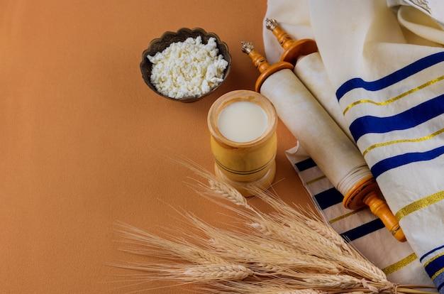Chavouot est une fête juive religieuse traditionnelle sur le rouleau de la torah et le tallis