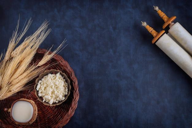 Chavouot est une fête juive religieuse traditionnelle sur le rouleau de la torah
