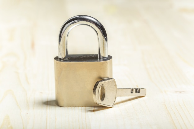 Check-lock sur la table en bois
