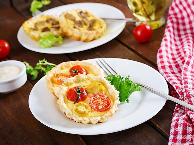 Cheddar, tartelettes de tomates sur bois
