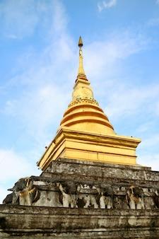 Chedi principal de wat phra that chang kham temple worawihan district de mueang nan province de nan thaïlande