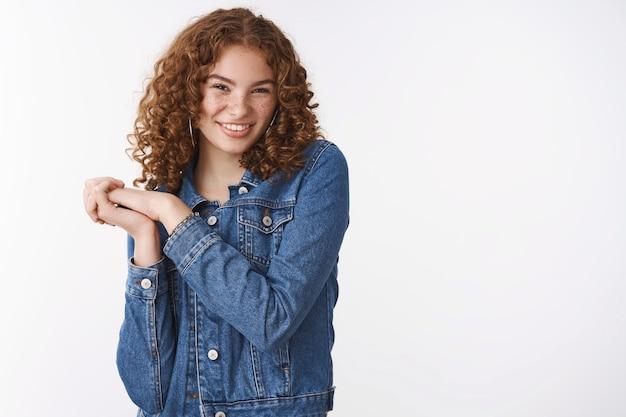 Cheeky flirty magnifique rousse aux cheveux bouclés jeune petite amie taches de rousseur boutons front appuyez sur les mains ensemble touché amusé, debout excité veux commencer la fête souriant heureux joyeux fond blanc