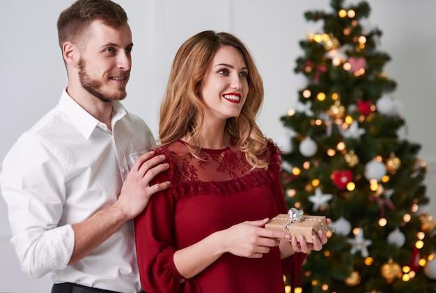 Cheerful couple tenant une boîte-cadeau