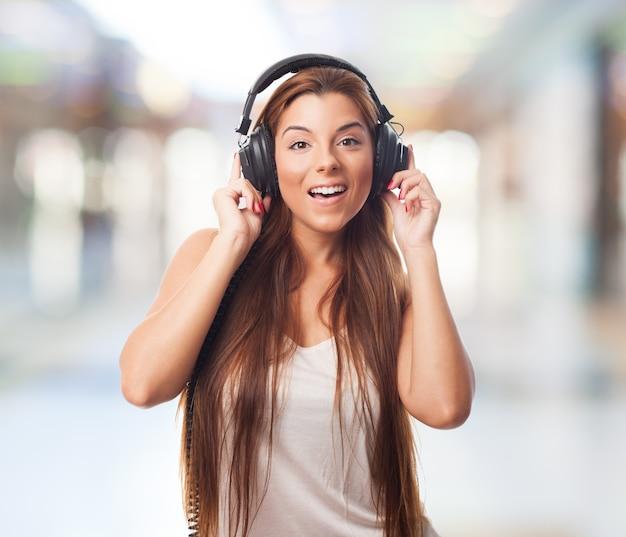 Cheerful girl dans les écouteurs