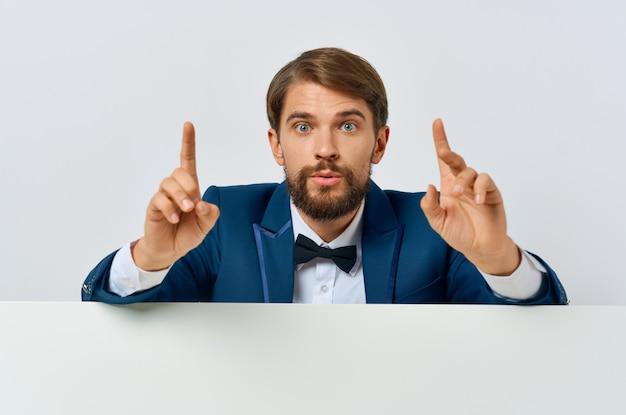 Cheerful man in suit blanc mocap affiche publicitaire discount fond blanc