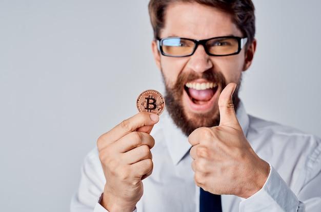 Cheerful man pièce d'or bitcoin finance crypto-monnaie