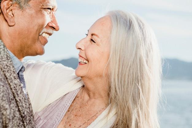Cheerful senior couple dancing sur la jetée de santa monica