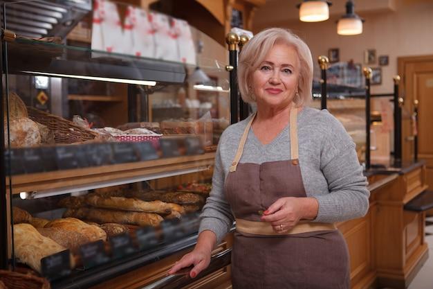 Cheerful senior woman portant un tablier