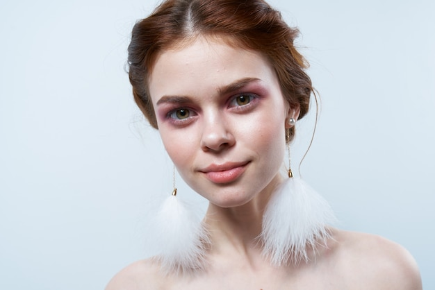 Cheerful woman épaules nues moelleux boucles d'oreilles cosmétiques agrandi