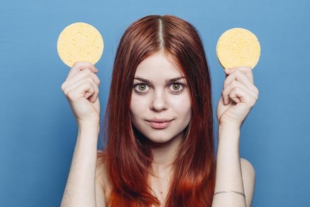 Cheerful woman éponges sur tête émotions cosmétiques soins de la peau