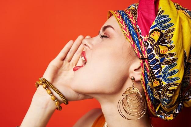 Cheerful woman ethnicité foulard multicolore maquillage glamour studio modèle