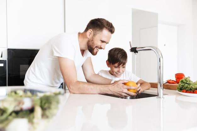 Cheerful young man père papa cuisine avec son fils
