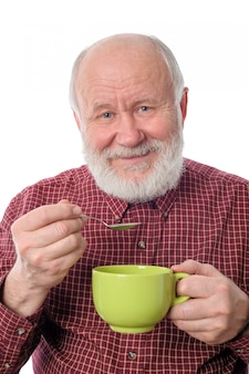Cheerfull senior homme avec une coupe verte, isolé sur blanc