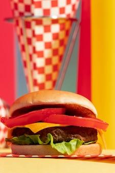Cheeseburger à angle faible avec tomates et salade