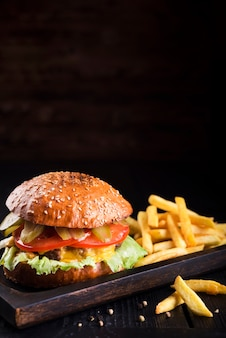 Cheeseburger délicieux avec des frites