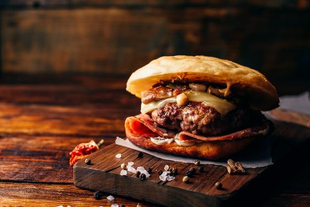 Cheeseburger sur planche à découper