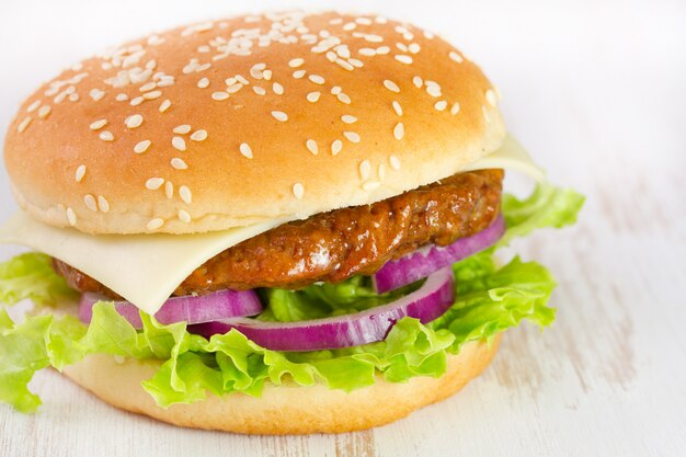 Cheeseburger sur table blanche