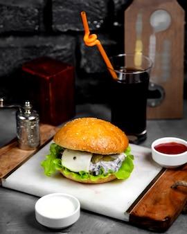 Cheeseburger de viande aux champignons et cornichons