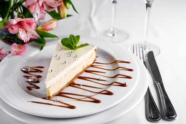 Cheesecake sur assiette blanche