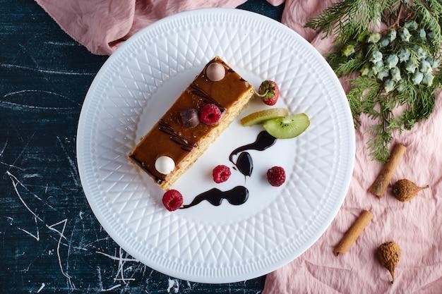 Cheesecake au caramel dans une assiette blanche.