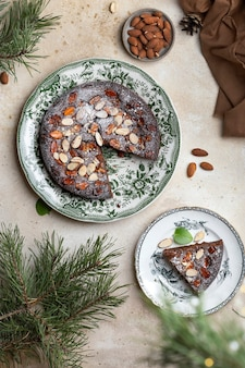 Cheesecake au chocolat et mascarpone maison avec tranches de caramel et d'amandes