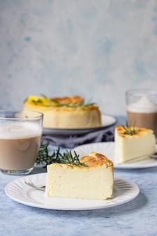 Cheesecake au citron et vanille avec tranches de romarin, menthe et citron.
