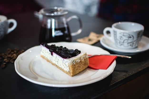 Cheesecake aux bleuets avec des graines de pavot