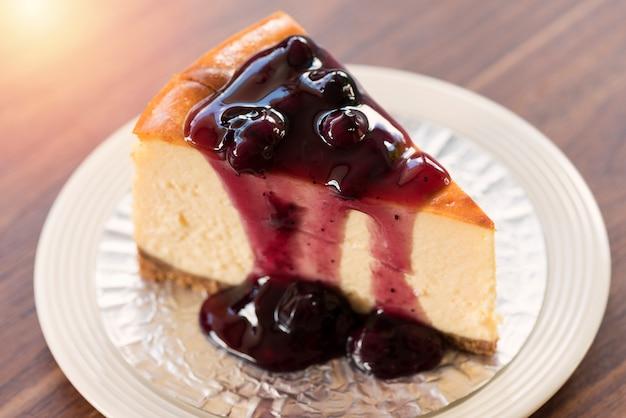 Cheesecake aux bleuets maison sur plaque blanche
