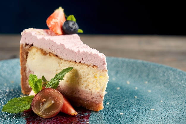 Cheesecake aux fruits rouges sur une assiette décorée
