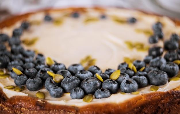 Cheesecake aux myrtilles avec graines de citrouille. fermer