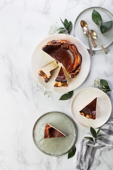 Cheesecake basque maison de saint-sébastien avec fromage à la crème et vanille