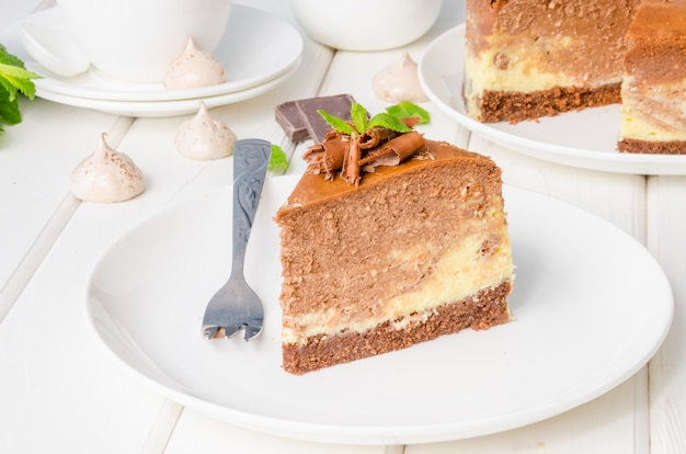 Cheesecake café au chocolat et au marbre avec meringue, guimauve et chocolat sur le dessus
