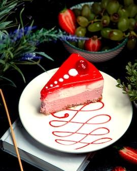 Cheesecake à la cerise dans l'assiette