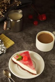 Cheesecake avec cerise sur noir