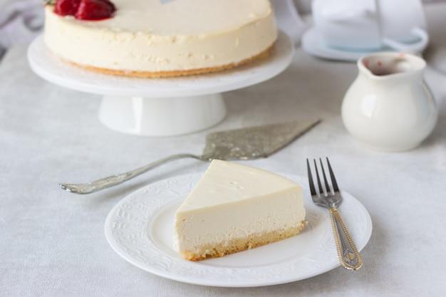 Cheesecake classique de new york avec sauce à la fraise