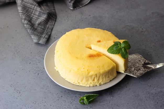 Cheesecake de coton japonais à la menthe sur une assiette grise.