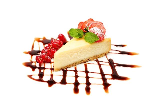 Cheesecake. dessert aux baies sur mur blanc