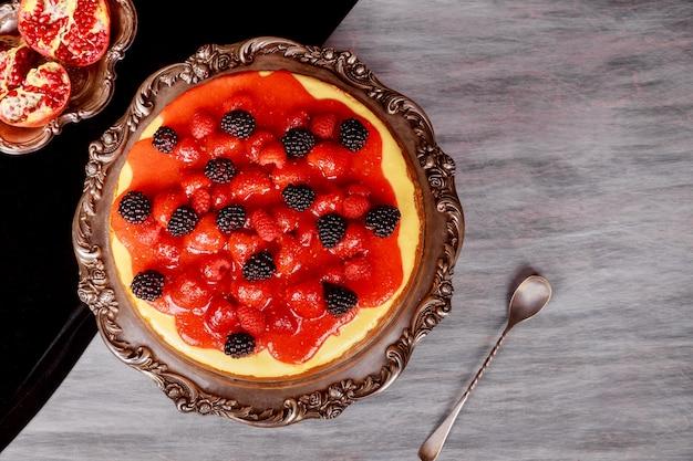 Cheesecake avec des fraises faites maison un gâteau simple et délicieux