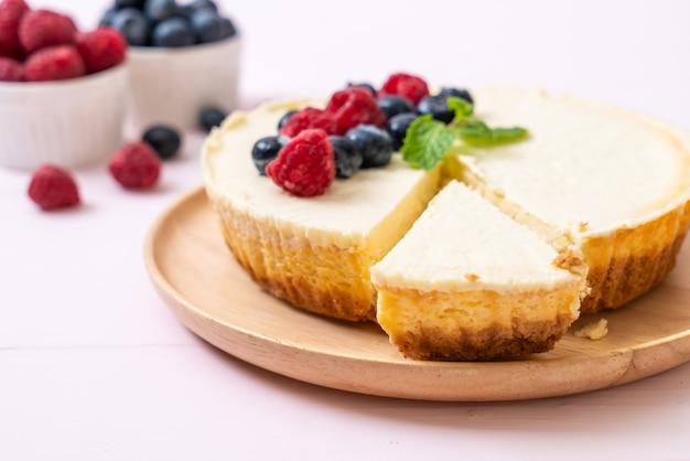 Cheesecake maison aux framboises et aux myrtilles