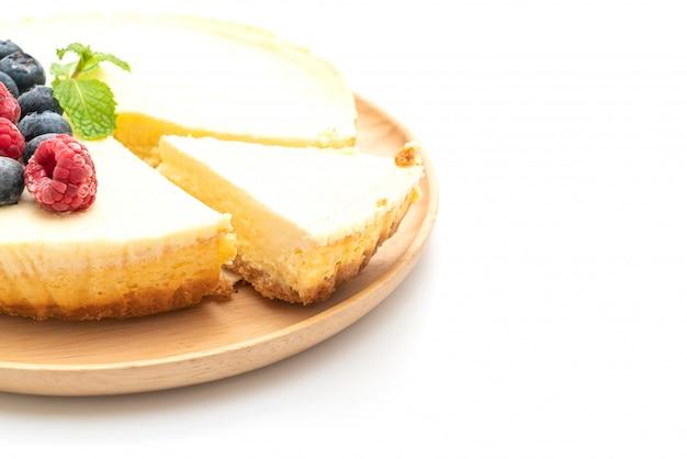 Cheesecake maison aux framboises et myrtilles sur blanc