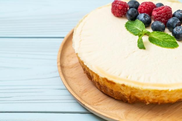 Cheesecake maison aux framboises et myrtilles