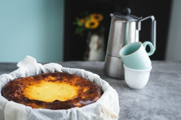 Cheesecake en marbre table avec cafetière